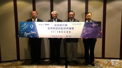 台灣顯示器產業聯合總會(TDUA)副理事長梁茂生(左二)、秘書長張上文(右一)、副秘書長王信陽(左一)、展昭國際總經理林茂廷(右二)。(鉅亨網記者劉韋廷攝)