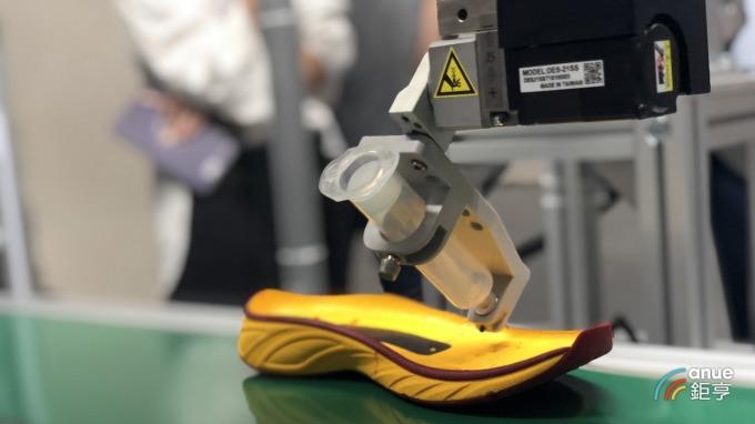 奇景光電與清遠廣碩合作的 3D 視覺輔助智慧彈性噴膠。(鉅亨網記者魏志豪攝)