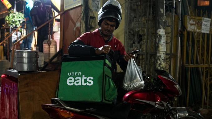 速食業擴大與外送平台合作 但成效未必如意(圖:AFP)
