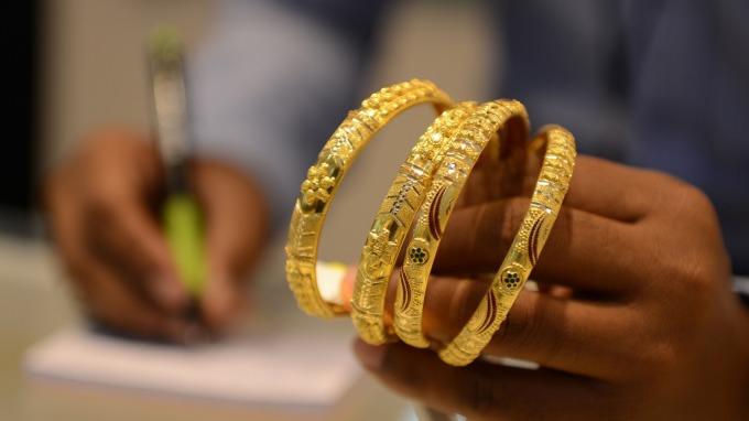 墨比爾斯:全球央行正瘋狂印鈔 投資人可放心買進黃金 (圖片:AFP)