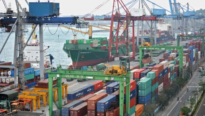 貿易戰衝擊台商信心,前7月對中投資額腰斬。(圖:AFP)