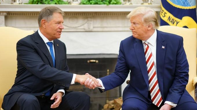 美國總統川普週二 (20日) 與羅馬尼亞總統伊尼哈爾斯 (左) 會面。(圖片:AFP)