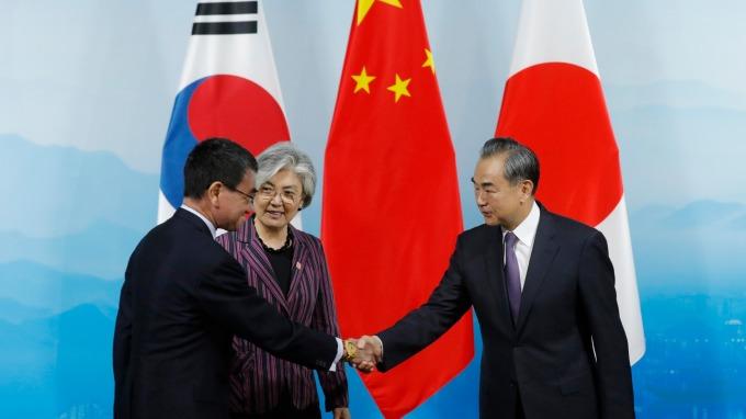 中日韓外長會談在北京召開、王毅要求日韓共尋問題出路。(圖片:AFP)