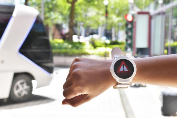 ICT TechDay 活動中現場模擬 5G 小基站傳輸資訊,透過邊緣運算發出廣播訊號,達到車聯網(V2X)的預防性駕駛,也能提醒用路人的行動裝置等,進一步提升道路安全駕駛等級。