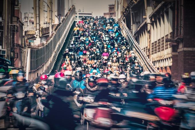 全台機車總量高達一千五百萬輛。每到上下班時間,台北橋的機車宛如瀑布般傾瀉而下。 圖片來源│iStock