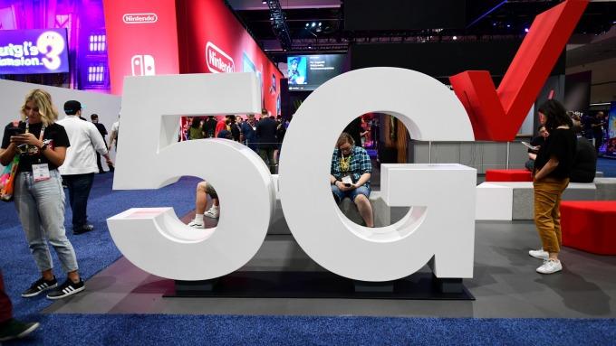 電信商加速部建5G基礎設備,研調估明年商機達1310億元、年增89%。(圖:AFP)
