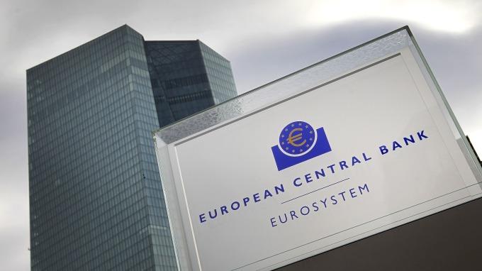 ECB擬推新政策工具 結合降息與購債 (圖:AFP)