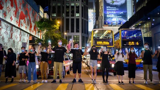 台北五金街防毒面罩,如何進香港抗爭前線? 拆解百萬人反送中蜂群策略。(圖:AFP)