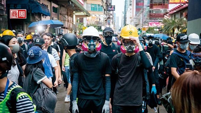 8 月 17 日,抗爭者「流動」到旺角警署前。「你有全裝備嗎?」成了問候語,台灣五金行更意外成為採購據點。(攝影者.陳宗怡)