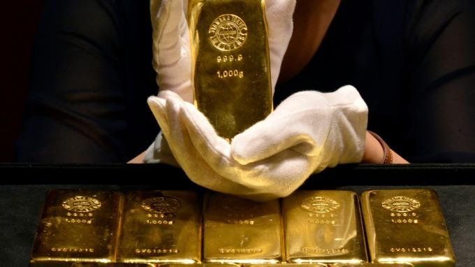 各國降息潮未結束前 黃金多頭不看淡 上檔先看1630美元。(圖:AFP)