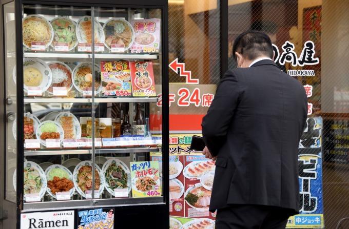 日本 7 月低溫梅雨影響、外食業營收出現近 3 年來首度萎縮。(圖片:AFP)