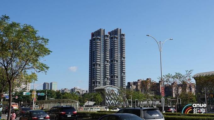 指標豪宅「元利信義聯勤」,17樓成交總價高達7.3億元,每坪單價為256.1萬元。(鉅亨網記者張欽發攝)