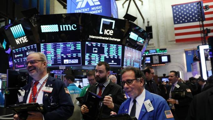 道瓊漲逾 200 點,金融、能源類股死貓式反彈。(圖片:AFP)