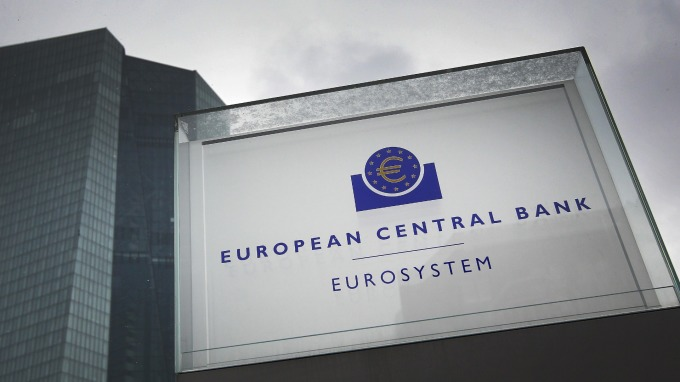 拉加德挺降息:ECB還沒到利率下限 但荷蘭央行總裁對QE潑冷水 (圖片: AFP)