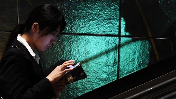 新iPhone問世後.. 舊iPhone價值估降30%! (圖片:AFP)
