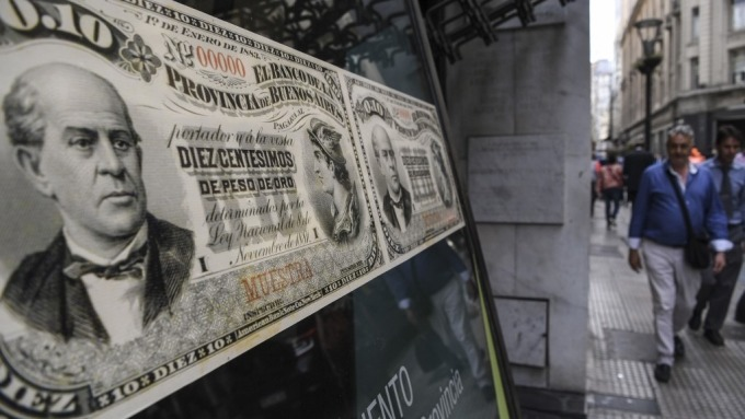 阿根廷披索仍陷掙扎 央行與IMF協商9月貨幣政策目標(圖片:AFP)