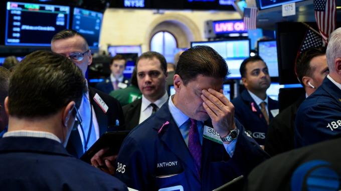 美中新關稅生效的首個美股交易日,美股四大指數一片哀號。(圖片:AFP)