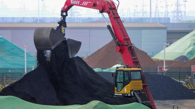 中國鋼鐵限產+礦產大增!全球鐵礦砂價格創下近期新低 (圖片:AFP)