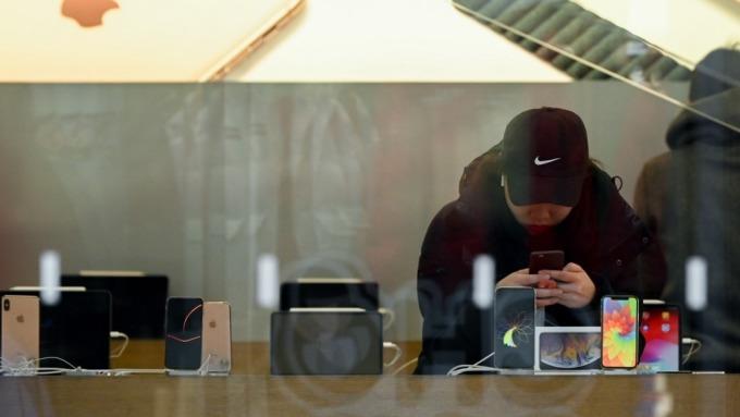 彭博:蘋果正開發iPhone屏下指紋技術 最快明年採用(圖片:AFP)