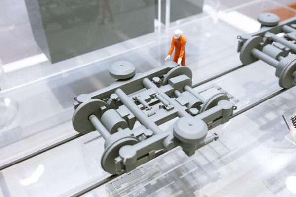「轉向架」(俗稱台車),用於承載車體自重與載重,還能引導車輛沿著鐵路軌道運行,確保車輛順利經過曲線,及減緩行駛時的震動。圖為模型示意。