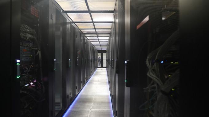資料中心佈建5G應用,持續推升伺服器DRAM需求。(圖:AFP)