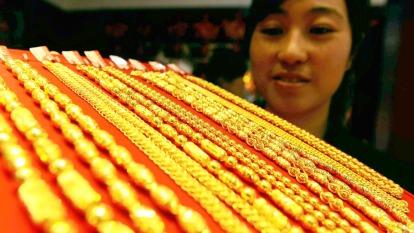 墨比爾斯:全球央行不停降息 持有10%黃金是必要的(圖片:AFP)