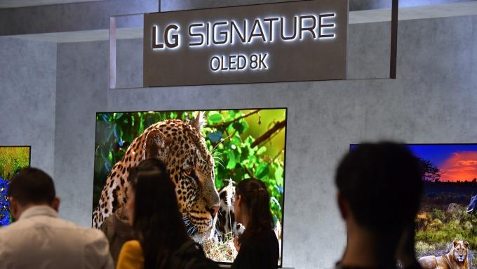 夏普展出全球最大8K電視、LG嗆三星8K技術不到位!(圖片:AFP)