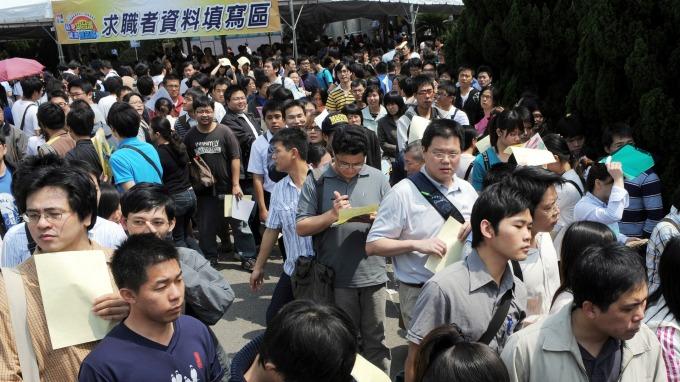 國民黨團提搶救青年低薪,勞動部:多項措施已執行。(圖:AFP)