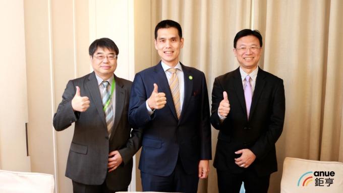 安碁資訊董事長施宣輝(中)、總經理吳乙南(右)、財務長譚百良(左)。(鉅亨網記者劉韋廷攝)