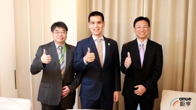 安碁資訊董事長施宣輝(中)、總經理吳乙南(右)、財務長譚百良(左)。