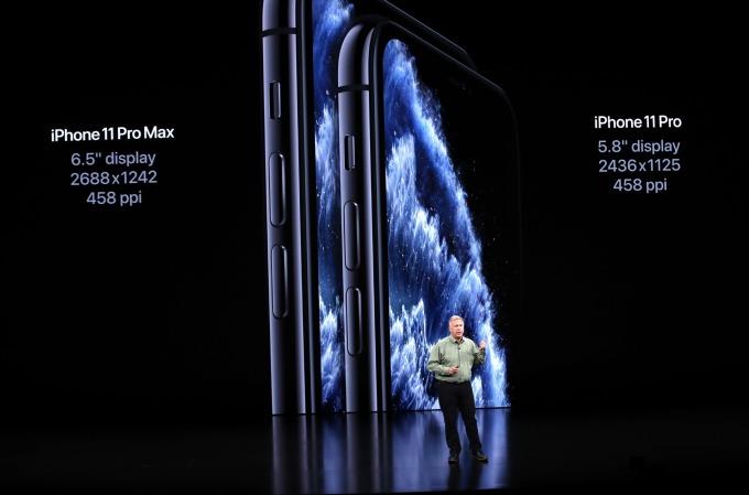 iPhone 11 Pro 與 iPhone 11 Pro Max 採用 5.8 吋和 6.5 吋的 OLED 螢幕 (圖片:AFP)