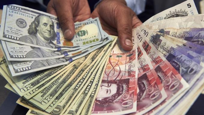 美國7月份職位空缺下滑 美元上漲 英鎊走強(圖片:AFP)