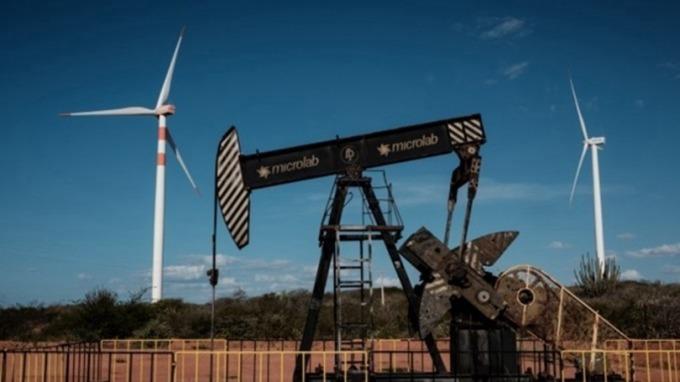 API原油庫存大降 刺激WTI拉尾盤創逾一個月新高 (圖片:AFP)