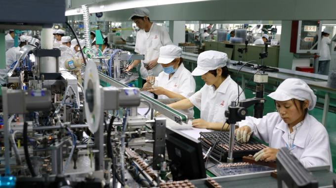 7月經常性薪資41927元年增2.42%,勞動市場仍受景氣趨緩影響。(圖:AFP)