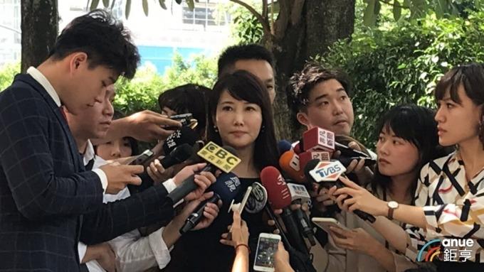 郭辦發言人、永齡基金會副執行長蔡沁瑜代郭台銘發表退黨聲明。(鉅亨網記者張博翔攝)