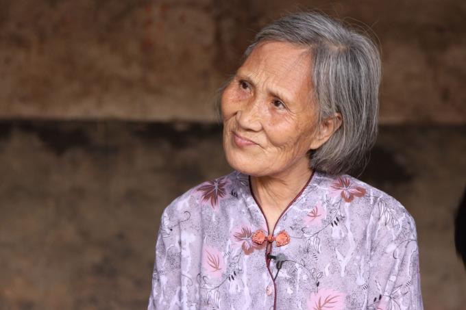 何豔新從小跟著外婆學女書。外婆唱一首,她跟著唱,唱完外婆便把字寫在她的手心,讓她到屋外拿枝條在地上練習。大躍進時,因糧食不足,外婆遭媳婦虐待,一度自殺;獲救後以 85 歲高齡改嫁,翌年淒涼辭世。為告慰外婆,何豔新寫下四本女書陪葬,將女書「還」給外婆,從此封筆。       攝影│周震