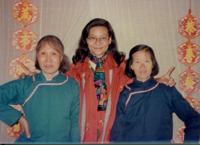 一位是臺灣人類學家,兩位中國農村婦女(左一為何豔新,右一為龍玉),原本相隔千里、毫無關係,因為女書讓她們牽繫起奇妙的姊妹緣分,直至今日。 圖片來源│劉斐玟