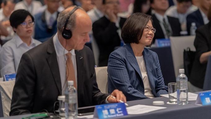 總統蔡英文(右)、西門子全球技術長博樂仁(Roland Busch)(左)。(圖:總統府提供)