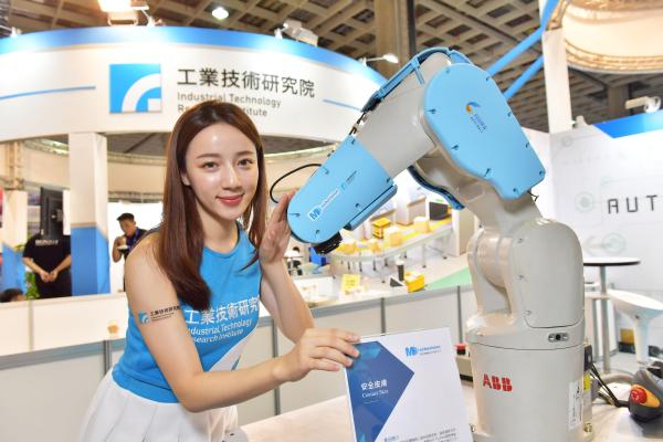 原見精機將安全皮膚安裝在機械手臂上,機器人立刻擁有靈敏的表面觸覺,無論任何碰撞角度,機械手臂都能快速偵測,立刻自動停止。