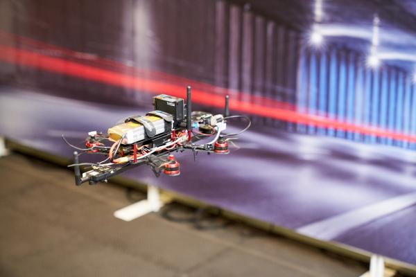 工研院專門針對隧道環境,透過無人機飛控技術結合無線通訊模組定位技術,克服以往在隧道內沒有 GPS 無法定位,以及無法辨識方向的兩大難題。