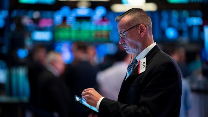 週五卡特彼勒和波音漲幅遭蘋果下滑消弭,美股四大指數近乎持平。(圖片:AFP)