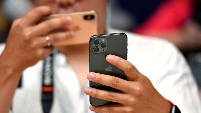 iPhone 11 Pro Max:蘋果有史以來最重的手機 (圖片:AFP)