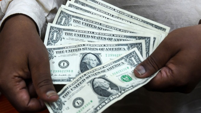 強美元的多頭循環 將隨Fed降息觸頂嗎?三大指標其實更具影響力 (圖片:AFP)