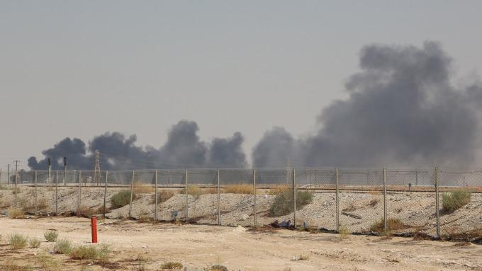 沙國最大油廠遇襲,全球供應量將減少5%,油價剉咧等。(圖=/AFP)