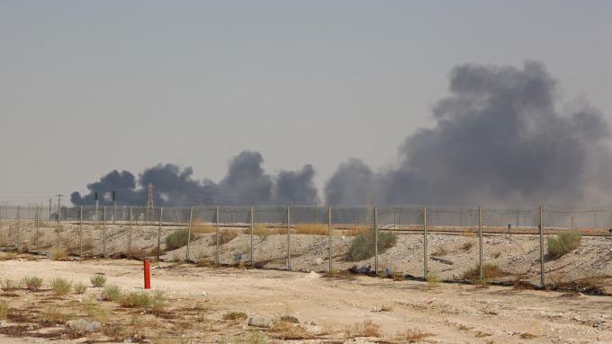沙國煉油廠遭無人機攻擊 華爾街:油價恐上漲6至10美元(圖:AFP)