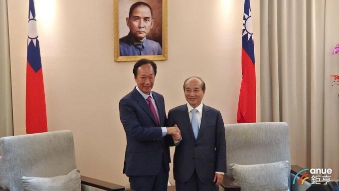 鴻海創辦人郭台銘(左)是否參選外界關注。(鉅亨網資料照)