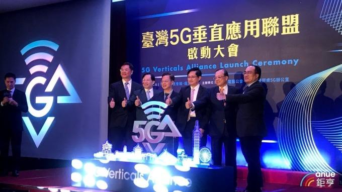 和碩董事長童子賢(右3)出席台灣5G垂直應用推動聯盟。(圖:鉅亨網記者沈筱禎攝)