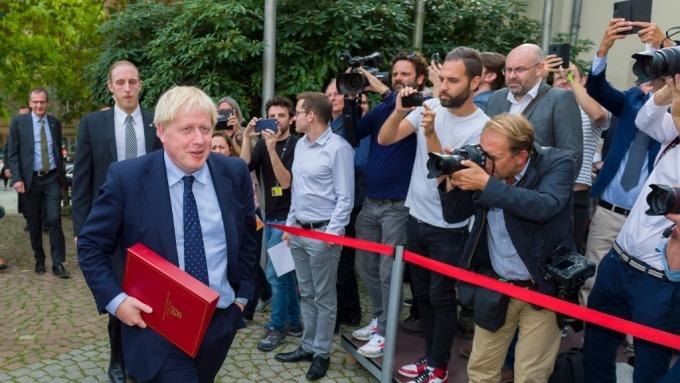 英國首相強生因抗議缺席記者會(圖片:AFP)