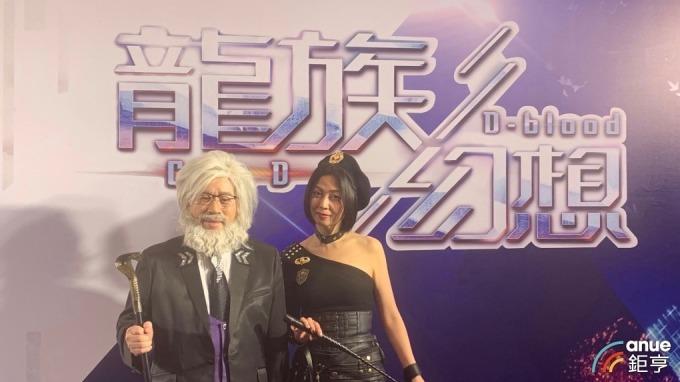 左起為智冠董事長王俊博、始祖鳥互動娛樂執行長錢幽蘭。(鉅亨網記者林薏茹攝)