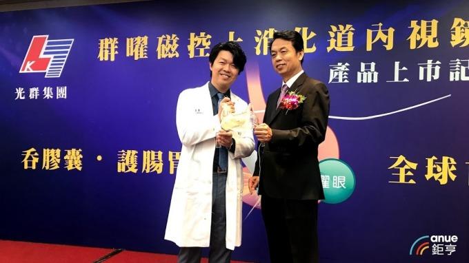 圖左為中山醫院醫師吳文傑,圖右為光群雷射董事長郭維武。(鉅亨網記者沈筱禎攝)